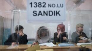 مركز اقتراع في إسطنبول خلال الانتخابات البلدية في 31 آذار/مارس 2019