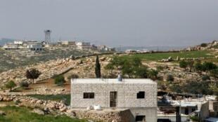 صورة التقطت من قرية رافات الفلسطينية تظهر مستوطنة عسئيل جنوب الخليل بالضفة الغربية، 24 آذار/مارس 2017
