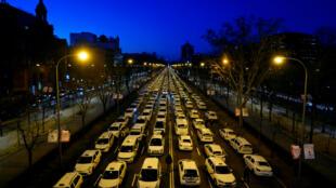 Varios taxistas bloquean las calles de Madrid en protesta contra Uber y Cabify. Madrid, 28 de enero de 2019.