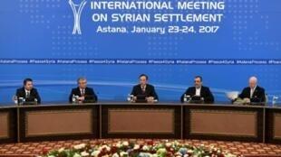 وزير خارجية كازخستان خيرت عبد الرحمنوف (وسط) يتلو البيان الأخير حول المحادثات المتعلقة بسوريا في أستانة في 24 ك2/يناير 2017