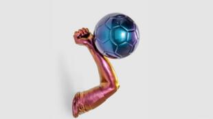 """Une sculpture de la main de Maradona à l'exposition """"Par amour du jeu 1998-2018"""""""