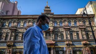 رجل يضع كمامة للوقاية ضد فيروس كورونا يسير في وسط موسكو في 23 ايلول/سبتمبر 2020