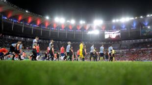 Los jugadores de Chile y Uruguay saltan al césped del estadio Maracaná en Río de Janeiro, Brasil, el 24 de junio de 2019.