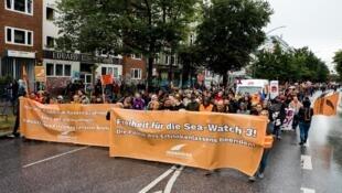 À Hambourg, 4 000 personnes ont participé au défilé, selon le collectif Seebrücke.