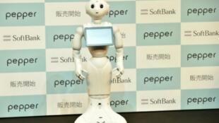 - الروبوت بيبر في أورايساو بضواحي طوكيو في حزيران/يونيو 2015