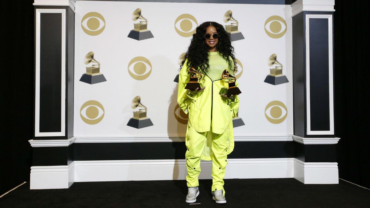 La artista H.E.R. posa en el backstage con sus premios al mejor álbum de R&B (Rhythm and blues).