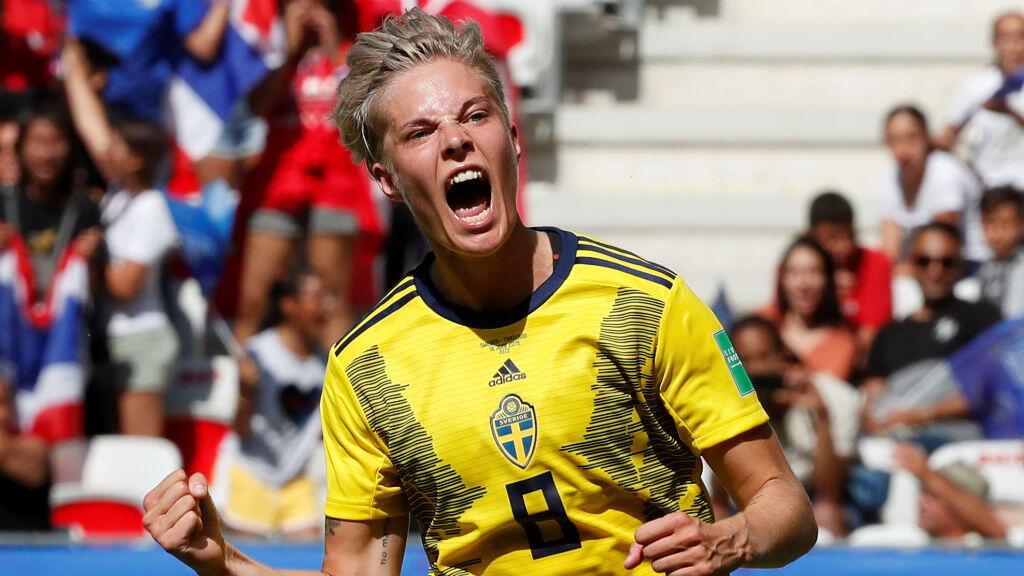La delantera Lina Hurtig celebra el cuarto gol de Suecia ante Tailandia en Niza, Francia. 16 de junio de 2019.