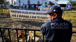 Fotografía de archivo de forenses exhumando cuerpos encontrados en una fosa clandestina el 20 de marzo de 2017, en el estado de Morelos, México.