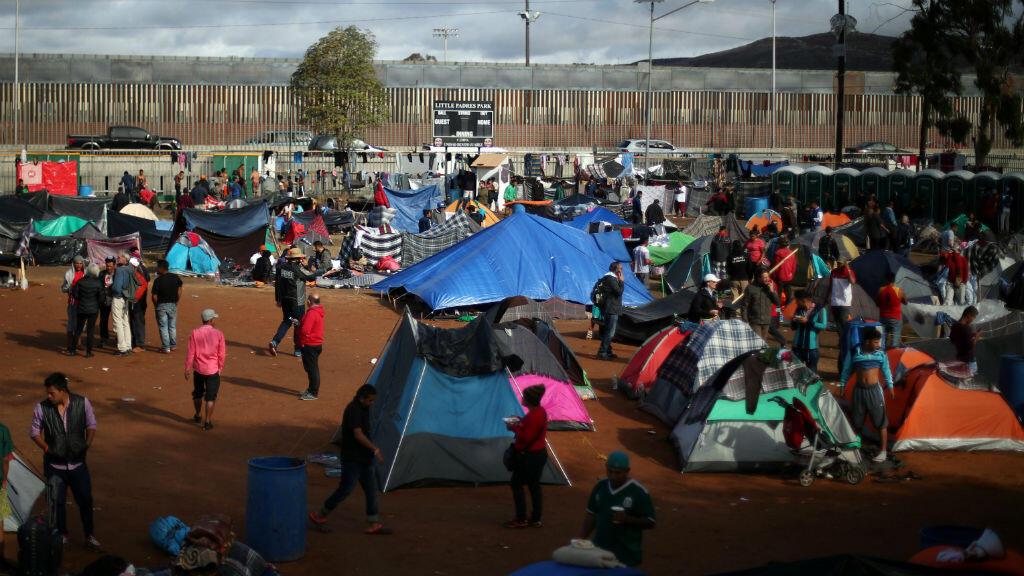 Migrantes, que son parte de una caravana de miles de centroamericanos que intentan llegar a Estados Unidos, descansan en un refugio temporal en Tijuana, México, el 22 de noviembre de 2018.