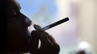 La e-cigarette pèse trois milliards de dollars dans le monde.