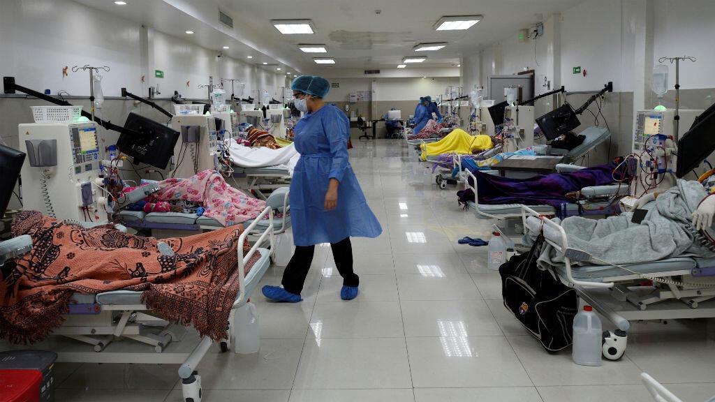 Los pacientes se someten a tratamiento de diálisis en medio del brote pandémico del Covid-19, en Guayaquil, Ecuador, el 18 de abril de 2020.