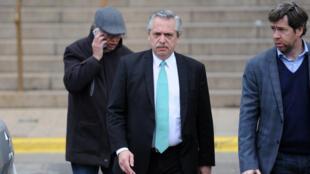 Alberto Fernández sale de los juzgados tras declarar como testigo.