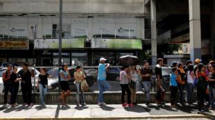 La gente hace cola para comprar comida fuera de un supermercado en Caracas, Venezuela, el 30 de noviembre de 2018.