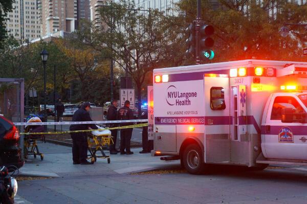 Des ambulanciers attendent d'éventuelles victimes avec des brancards.