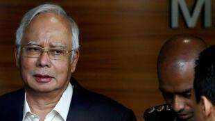 Najib Razak (izquierda) fue arrestado por presunta malversación de fondos. Foto Julio 3 de 2018.