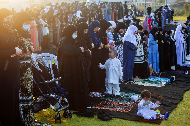 Alors que les mosquées sont limitées à dix personnes suite aux mesures prises par le gouvernement pour limiter la propagation du coronavirus, des fidèles musulmans récitent les prières de l'Aïd al-Adha dans un parc dans la ville juive arabe mixte de Jaffa, près de Tel Aviv, Israël, vendredi 31 juillet, 2020.