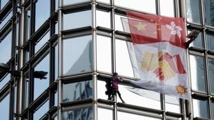 المتسلق الفرنسي آلان روبير يتسلق مبنى مركز تشيونغ كونغ في هونغ كونغ، 16 آب/أغسطس 2019.
