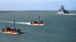 صورة لعناصر من البحرية الأرجنتينية أثناء عملية البحث عن غواصة مفقودة في المحيط الأطلسي