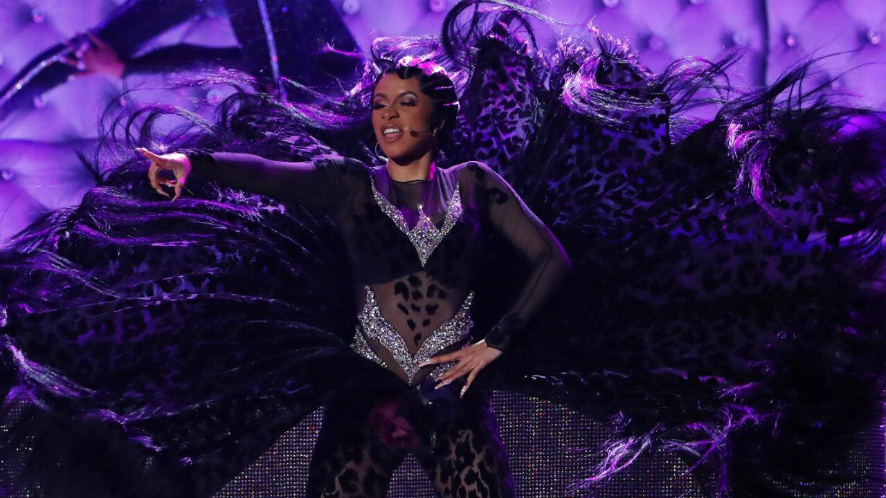 La rapera Cardi B de origen dominicano fue galardonada con el premio de 'Mejor Álbum de Rap' siendo la primera mujer en la historia en ganar esta categoría.