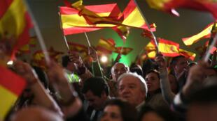 Militantes y simpatizantes del partido de extrema derecha, Vox, celebran los resultados en las elecciones andaluzas, en un hotel de Sevilla, el 2 de diciemrbe de 2018.