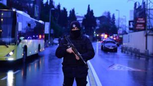Un policier turc dans une rue d'Istanbul, le 1er janvier 2017.