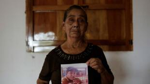 Andrea López con la foto de Carlos Manuel López, asesinado durante la protesta contra el gobierno en Masaya, Nicaragua, el 29 de junio de 2018.