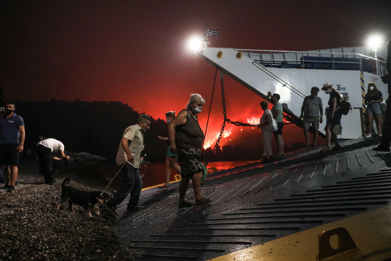 Dans le village d'Evia à Livani, plus de 1 300 personnes dans des bateaux-bateaux ont échappé à l'incendie.