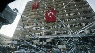 أعلام تركية تتدلى من واجهة مقر الشرطة في أنقرة في 19 تموز/يوليو 2016 بعد تعرضه لتفجير خلال محاولة الانقلاب في 15 تموز/يوليو 2016