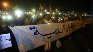 Des manifestants soudanais rassemblés près du QG de l'armée à Khartoum, le 17 mai 2019.