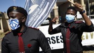 Sindicatos y organizaciones civiles exigen delante del Hospital Académico Chris Hani Baragwanath de Soweto más seguridad y equipamiento para los trabajadores sanitarios de primera línea el 1 de mayo de 2020