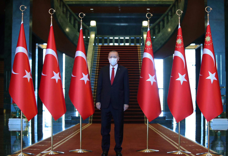 الرئيس التركي رجب طيب أردوغان خلال حفل إحياء الذكرى 98 ليوم النصر في القصر الرئاسي في أنقرة. تركيا في 30 أغسطس/آب 2020.