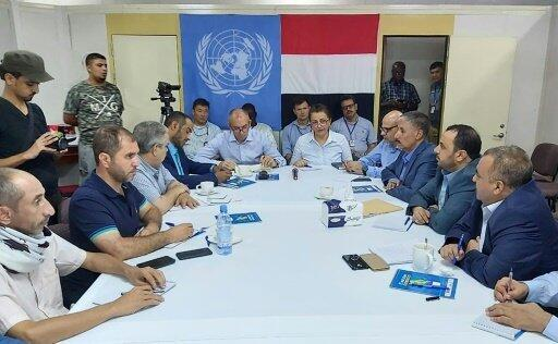 صورة وزعتها الأمم المتحدة للجنة تنسيق إعادة الانتشار في الحديدة اليمنية مجتمعة على سفينة في ميناء المدينة اليمنية في 14 تموز/يوليو 2019