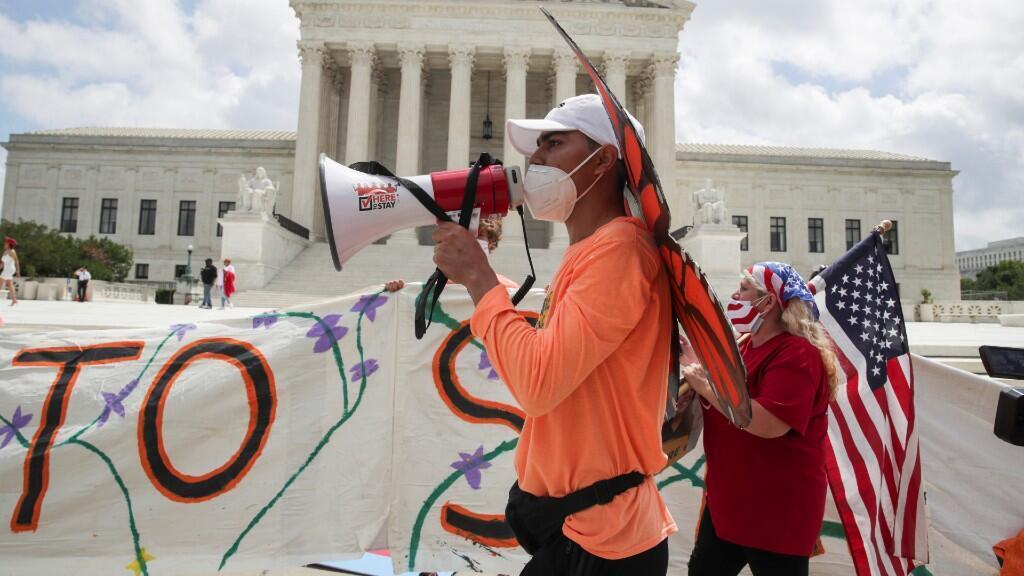 Varios manifestantes se concentran frente a la Corte Suprema de Estados Unidos. Durante el 18 de junio de 2020. En Washington D.C, Estados Unidos.
