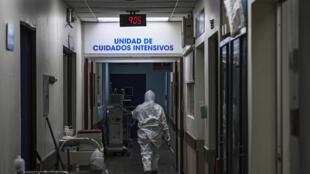 Un médico con equipo de protección personal ingresa a la unidad de cuidados intensivos del hospital San Rafael en Santa Tecla, La Libertad, a 10 km de San Salvador, el 11 de junio de 2020