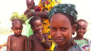Des habitants du village de Doumbara