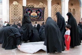 Des pèlerins chiites à l'intérieur du mausolée de Sayeda Zeinab, en 2003.