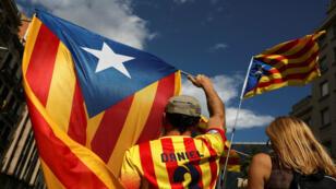 Manifestantes llevan las banderas de Cataluña durante la movilización por el Día Nacional de la región, la Diada, en Barcelona, el 11 de septiembre de 2017.