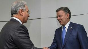 Alvaro Uribe et Manuel Santos, rivaux politiques, ne s'étaient pas rencontrés depuis 2010.