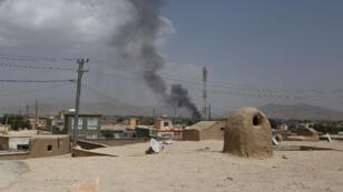 Un bâtiment en feu à Ghazni après que les Taliban ont lancé une attaque contre la ville, 10 août 2018.