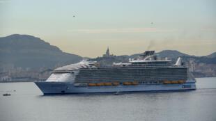 """L'un des plus grand navire de croisière du monde, le """"Harmony of the Seas"""" à Marseille, le 21 juin 2016."""