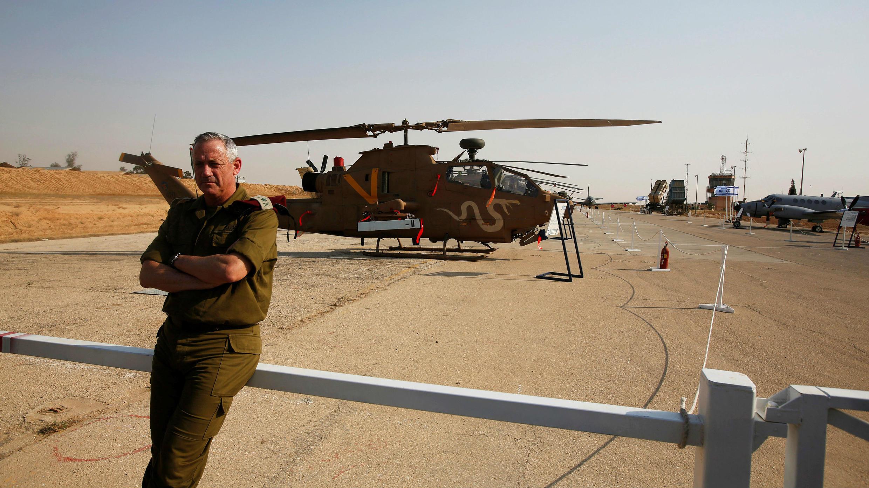 El jefe de las fuerzas armadas de Israel, el mayor general Benny Gantz, espera mientras los reporteros hablan con el ministro de Defensa israelí, Moshe Yaalon, durante una presentación en la base aérea de Hatzerim en el sur de Israel, el 30 de abril de 2013.