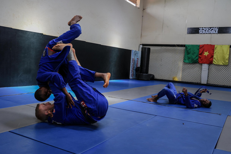Huit fois champion d'Angleterre de jiu-jitsu brésilien, Sam Michael Crook s'est installé en 2019 à Batié pour encadrer des jeunes du centre de Ngannou