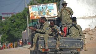 Des soldats somaliens patrouillent à proximité du site d'un attentat perpétré par les Shebab, le 21 juin 2015.