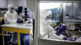 باحثون في مخبر بمدينة ليون الفرنسية يعملون على إيجاد مضاد لفيروس كورونا، 5 فبراير/شباط 2020