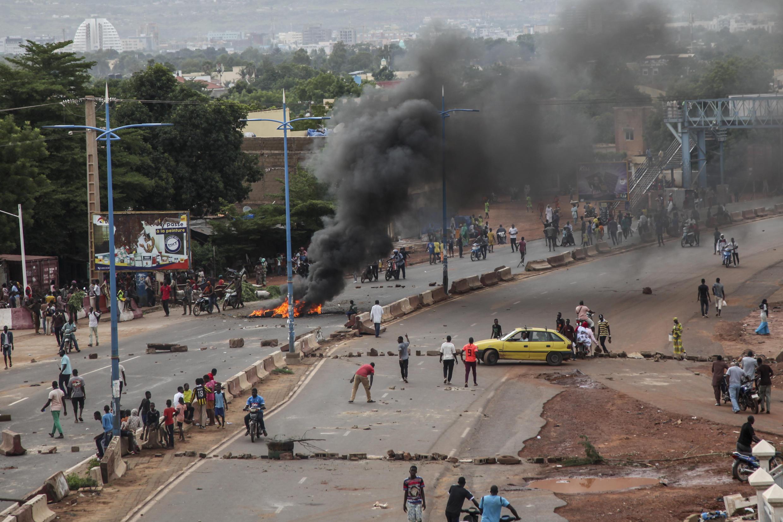 Des manifestants brûlent des pneus et dressent des barricades à Bamako, vendredi 10 juillet 2020.