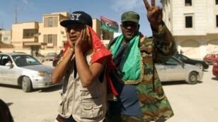 مقاتلون موالون للحكومة المعترف بها دوليا يحتفلون قبل السيطرة على وسط بنغازي 23 فبراير 2016