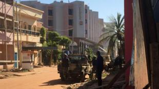 """- القوات المالية أمام فندق """"راديسون بلو"""" في العاصمة المالية باماكو"""