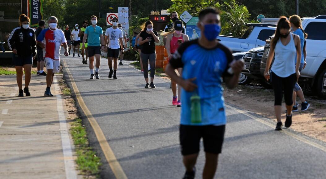"""Algunos ciudadanos practican actividades deportivas en un parque, tras ser anunciada la fase tres de la """"cuarentena inteligente"""", en Luque, Paraguay, el 12 de junio de 2020."""