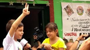 En la imagen se ve al niño Cristo José Contreras de cinco años, hijo de Edwin Contreras, alcalde de El Carmen, tras su liberación en el departamento de Norte de Santander, Colombia, el 09 de octubre de 2018.