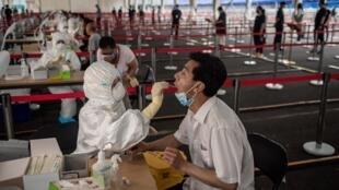 Des Chinois se font tester au coronavirus, le 24 juin 2020 à Pékin